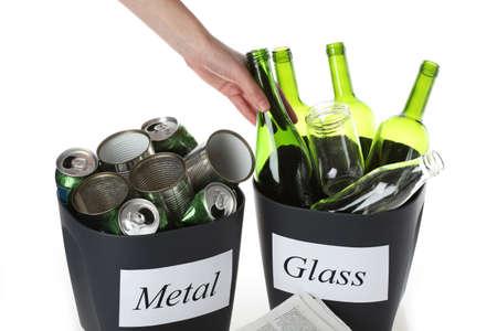 reciclable: Las botellas de vidrio y latas de metal listo para el reciclaje