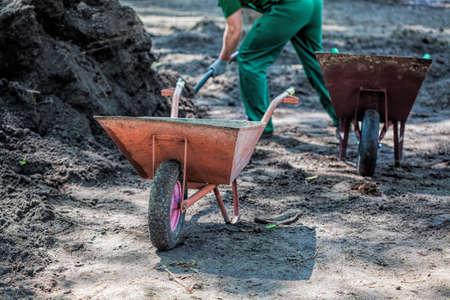 Sterke werknemer met een schop graven zwaar