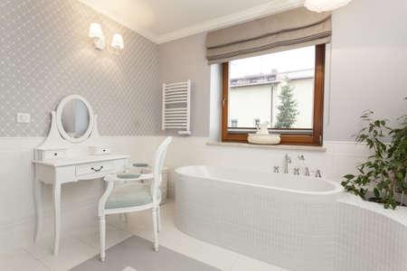 トスカーナ - 白の広々 としたバスルーム、ドレッシング テーブル