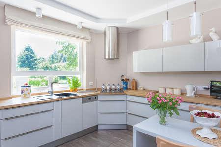 leuchtend: Helle Raum - eine helle und geräumige Küche mit Blick auf den Garten Lizenzfreie Bilder