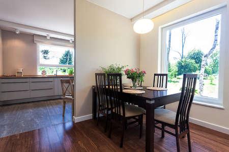 Lichte ruimte - een ruime eetkamer in een elegant huis Stockfoto