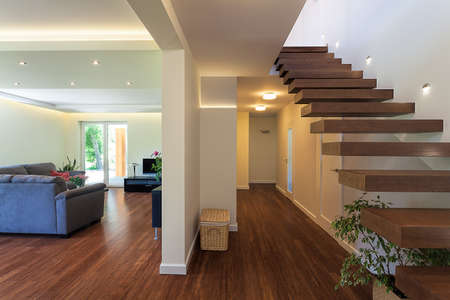 Яркий пространство - интерьер из роскошной и стильной квартире Фото со стока
