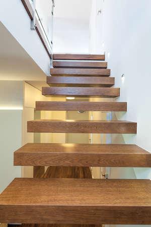 stair: Lichte ruimte - houten trap in een lichte en witte appartement