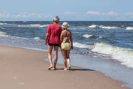 세 커플 맑은 해변에서 산책