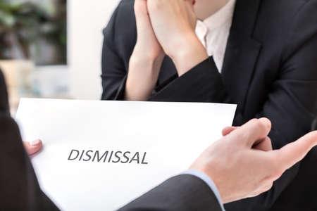 Zakelijke bijeenkomst en ontslag, mensen in pakken