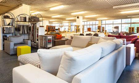 tienda de ropas: Una tienda llena de sof�s y muebles