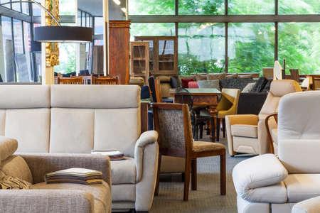 Een magazijn met meubels, zoals banken, stoelen en lampen