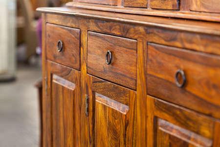 Een close-up od een donkere bruine houten kast met laden Stockfoto