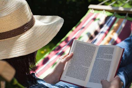 放松在吊床上的读书妇女