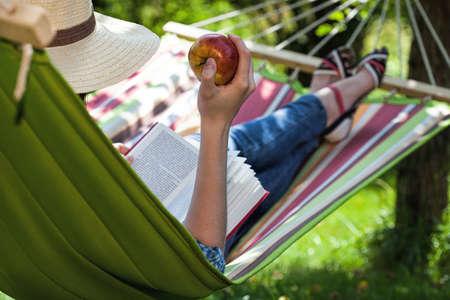 tembellik: Bir hamak üzerinde bir aperatif olan bir okuyucu