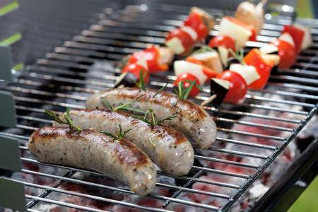 chorizos asados: Blancas salchichas a la parrilla con romero y verduras shashliks Foto de archivo