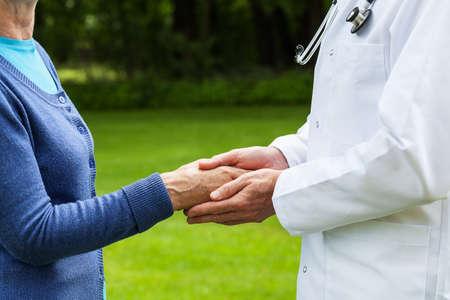 Arts die de hand, mentale hulp van een patiënt
