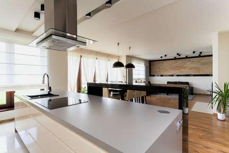 armario cocina: Apartamento urbano - vista desde la cocina a la sala de estar Foto de archivo
