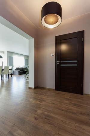 Stedelijke appartement - gang en uitzicht op moderne woonkamer