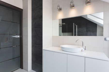 都市アパートの浴室カウンター、シンク、鏡 写真素材