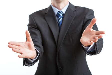 lenguaje corporal: Hombre de negocios que muestra el signo de bienvenida con las manos abiertas Foto de archivo
