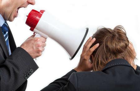 violence in the workplace: Empresario gritando a su trabajo, fondo aislado