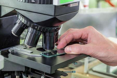 specimen testing: Prueba de muestra con el ocular de microscopio en laboratorio Foto de archivo