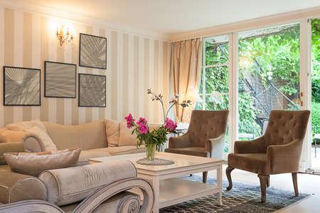 chambre luxe: Vintage manoir - une suite luxueuse dans un salon beige Banque d'images