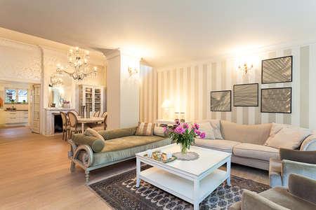 Vintage herenhuis - een stijlvolle gelijkvloers appartement in beige Stockfoto