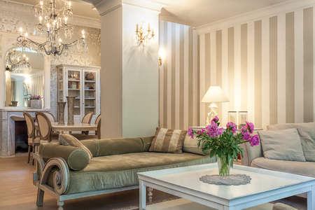 Vintage herenhuis - een beige lounge in een retro appartement Stockfoto