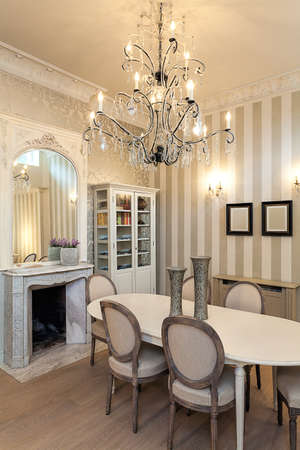Vintage mansion - a luxurious interior with a spactacular chandelier 版權商用圖片