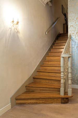 Weiße Holztreppen weinlese herrenhaus holztreppen mit einem weißen schranke