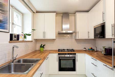 빈티지 저택 - 흰색 현대 부엌 스톡 콘텐츠