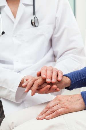 pacientes: Un médico a un paciente palabras de consuelo