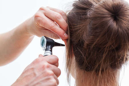 귀 이경과 검사, 격리 된 배경 스톡 콘텐츠 - 22245601