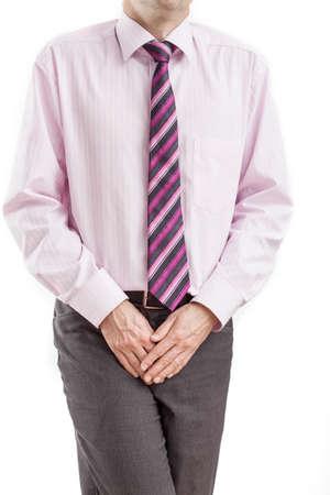 meados: Hombre t�mido hombre de verg�enza que cubre la entrepierna Foto de archivo