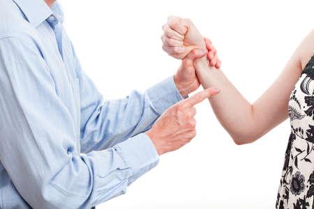 violencia intrafamiliar: El hombre que amenaza a su mujer, la violencia doméstica, aislado