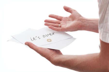 novios enojados: Hombre con una nota de su esposa diciendo que se acabó