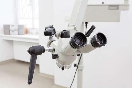 laboratorio dental: Primer plano de un microscopio dentista para los dientes