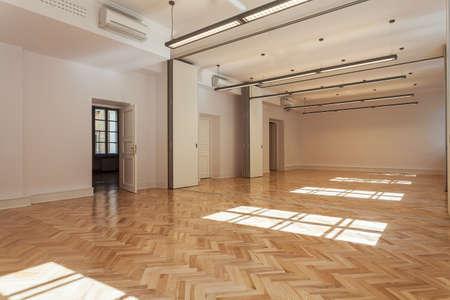 Ruime lichte balzaal met een houten vloer Stockfoto