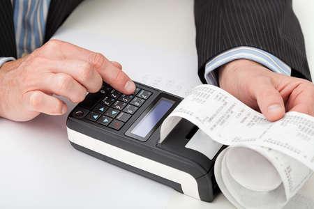 금전 등록기에 손에 계산의 근접 촬영 스톡 콘텐츠