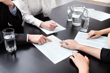 オフィスでクローズ アップ、ビジネスを分析します。