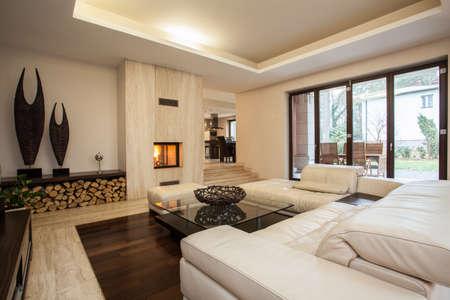 Travertin huis: hedendaagse woonkamer met open haard