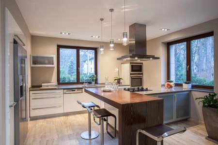 トラバーチンの家- 明るく楽しいキッチン