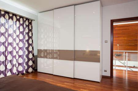 Интерьер стильный яркий спальня с гардеробной