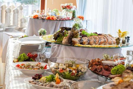 buffet food: Diferentes bocadillos de colores en una mesa de banquete Foto de archivo
