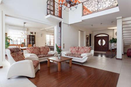 上品な家 - オリジナルと古典的な家の内部