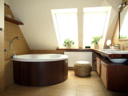 bad fliesen: Cosy braun und wei� Badezimmer im Dachgeschoss Lizenzfreie Bilder