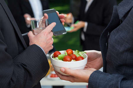 termine: Dietary Mahlzeit im Büro - Tomaten mit Salat Lizenzfreie Bilder