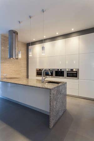iluminacion: Diseñadores de interior-cocina de estilo moderno con blanco y gris
