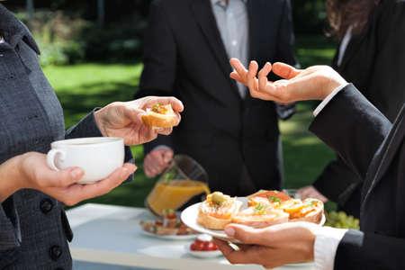 庭でビジネス朝食を食べている人 写真素材