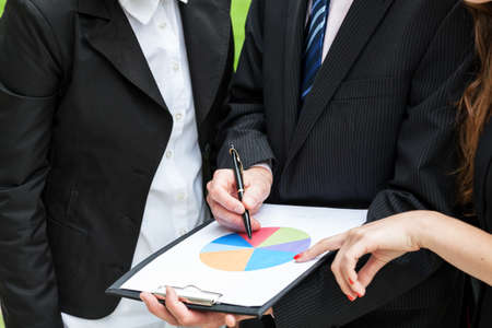 graficas de pastel: Reunión de negocios y analizar el gráfico circular