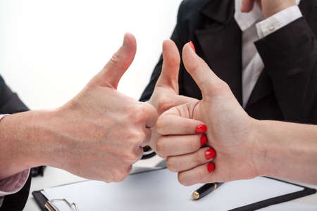 Un primer plano de las manos haciendo pulgares