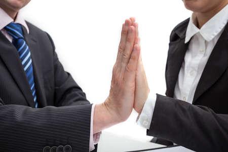 Empresarios amistosos que hacen una altura de cinco gesto