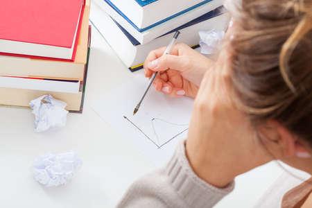 Étudiant de maths ayant des difficultés à tâche d'apprentissage Banque d'images